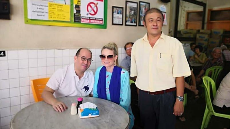 Kiat Eng (kanan) bersama pasangan diraja, Tengku Muhammad Fa-iz Petra dan Cik Puan Sofie Louise Johansson di kopitiam miliknya di Kota Bharu.